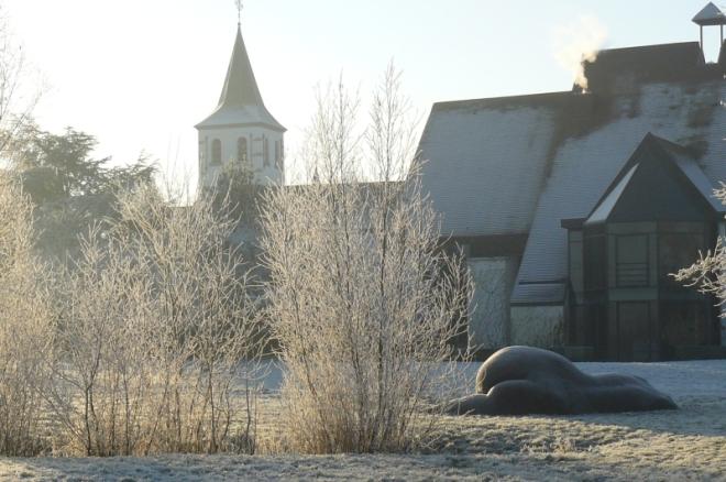 Zicht op Latems gemeentehuis en Sint-Martinuskerk