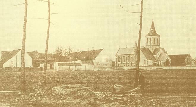 Zicht op Sint-Martinuskerk en de vroegere brouwerij-stokerij waar het D.A.C. nu onderdak heeft