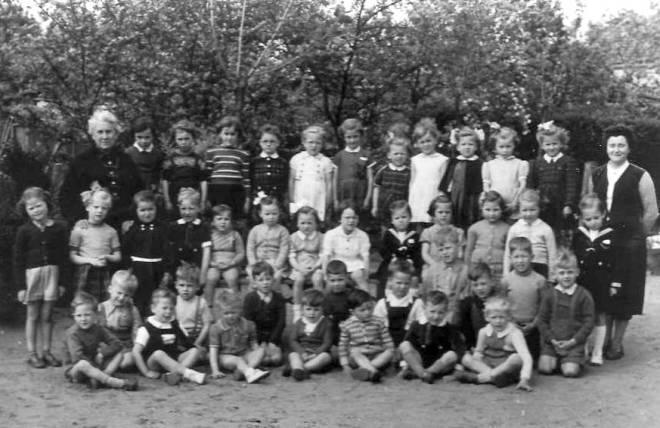 De leerlingen uit de kleuterklas 1952/53 zijn dit jaar de eregasten...